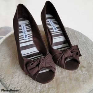 Adorable American Eagle canvas wedges, 8M